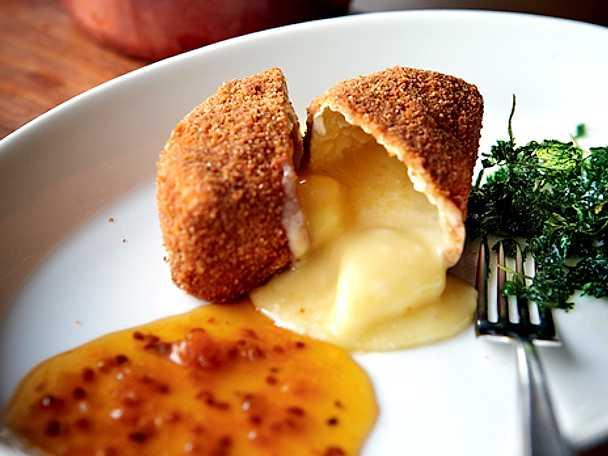 Friterad camembert med varm hjortronsylt