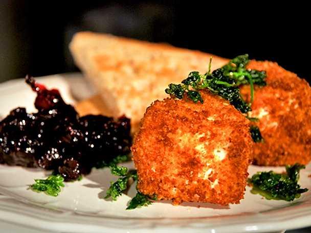 Friterad camembert och persilja med svartvinbärssylt