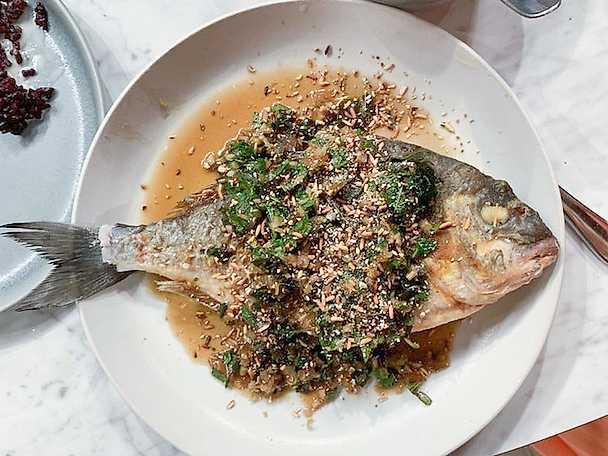 Friterad havsabborre med ört- och kryddressing