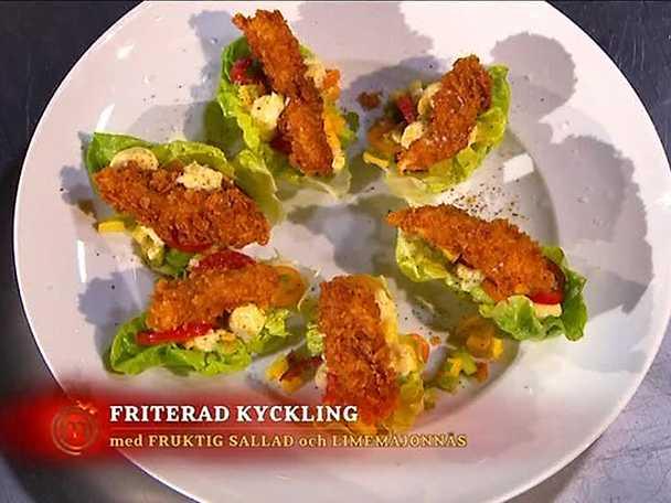 Friterad krispig kyckling med fruktig sallad, picklad gurka och limemajonnäs