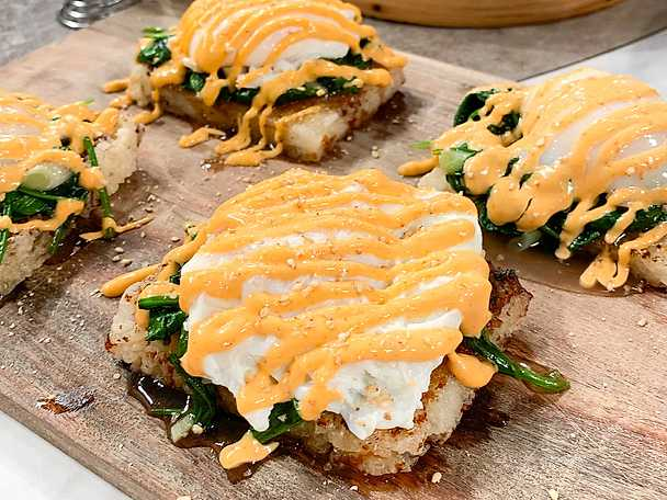 Friterad riskaka med ingefärsspenat, pocherat ägg och chilimayo