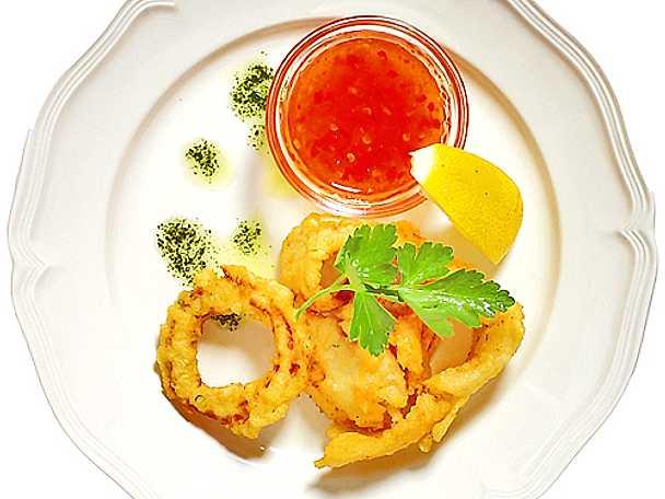 Friterad rödtunga med bläckfiskringar och sweet chili-sås