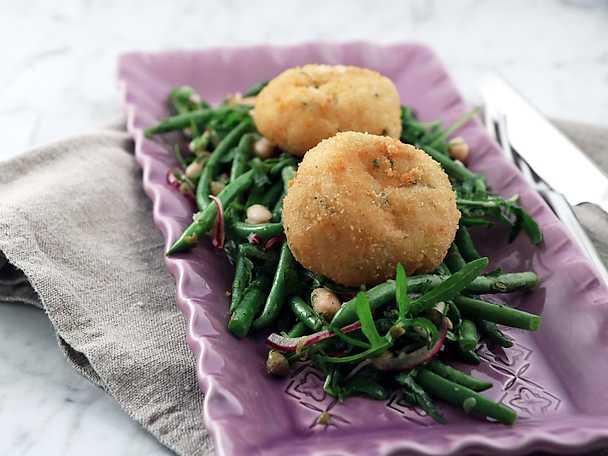 Friterade och ostfyllda risottobollar med bönsallad