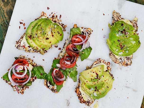 Fröknäcke med avocado & tomater.