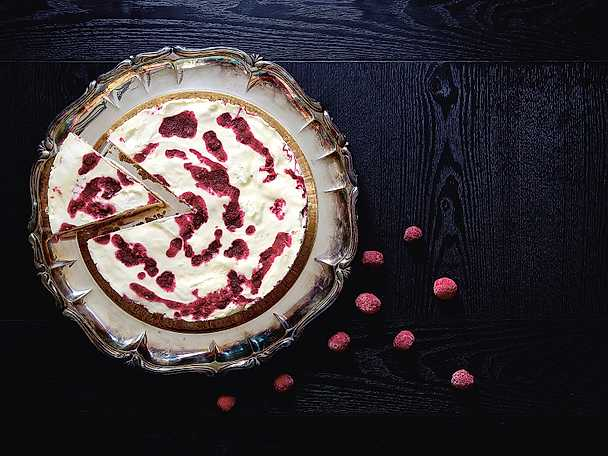 Frozen cheesecake med hallonswirl och vit choklad