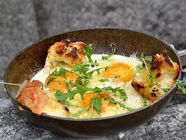 Frukostomelett med krämig äggula och rucola