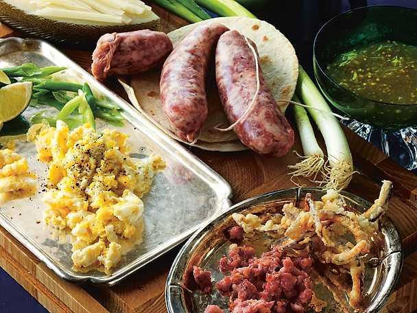 Frukosttaco med salsiccia, äggröra, manchego, rostad lök och salladslök