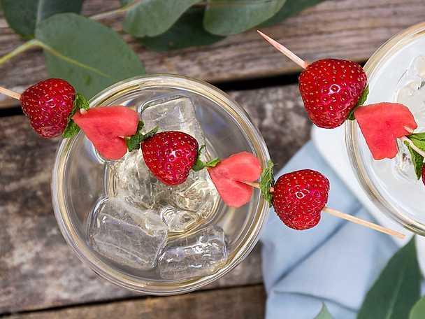 Fruktig sommardrink med vattenmelonspett