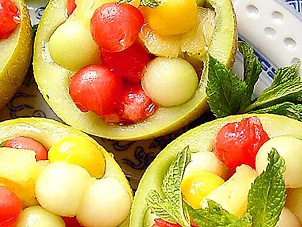Fruktsallad i melonkorg