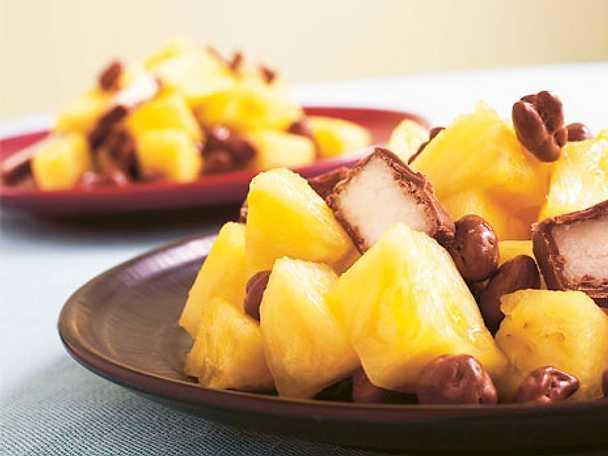 Fruktsallad med ananas och chokladpuffar