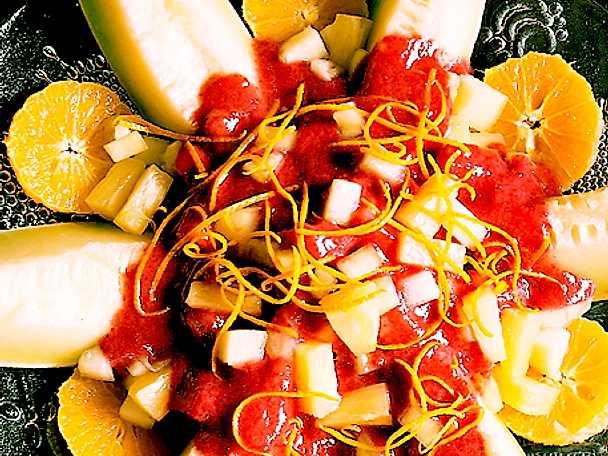 Fruktsallad med jordgubbssås