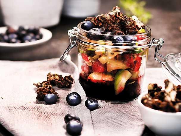 Fruktsallad med varma blåbär och krossad proteinbar PAULUNS