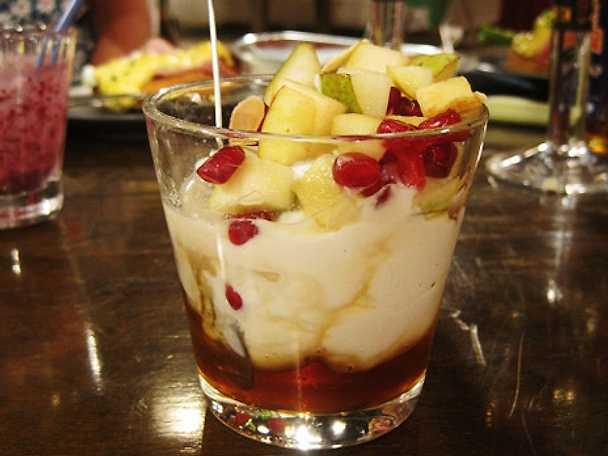 Fruktsallad med yoghurt, honung, granatäpple och mandel