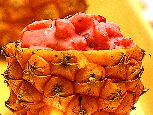 Fruktsallad på papaya, ananas och tranbär