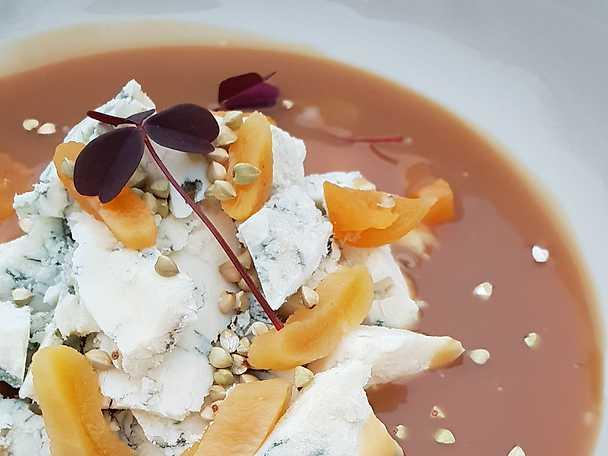 Frusen gorgonzola med rosmarinkola och aprikos