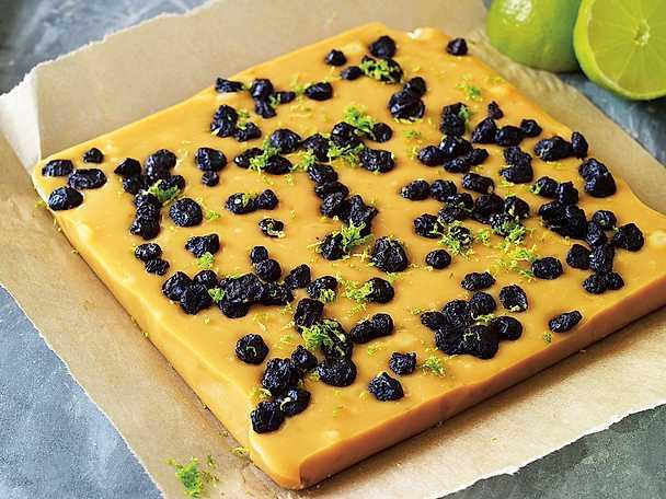 Fudge med lime, vit choklad och blåbär
