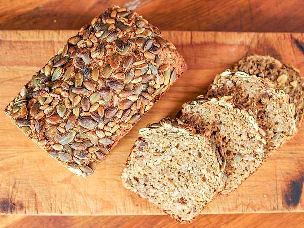 Fullkornsbröd med rostade fröer