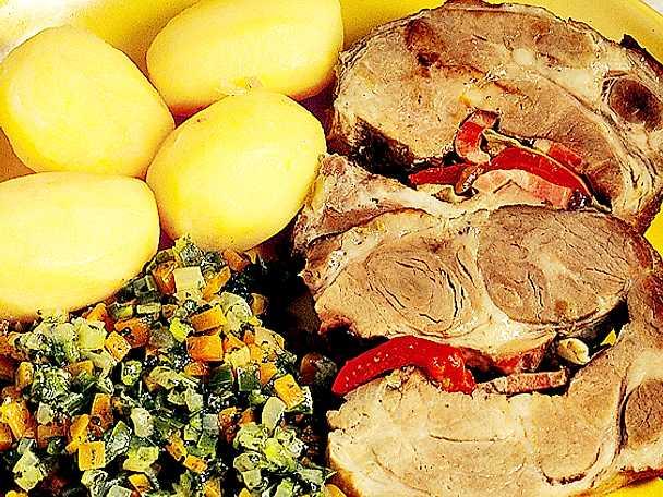 Fylld fläskkarré med paprika och vitkål