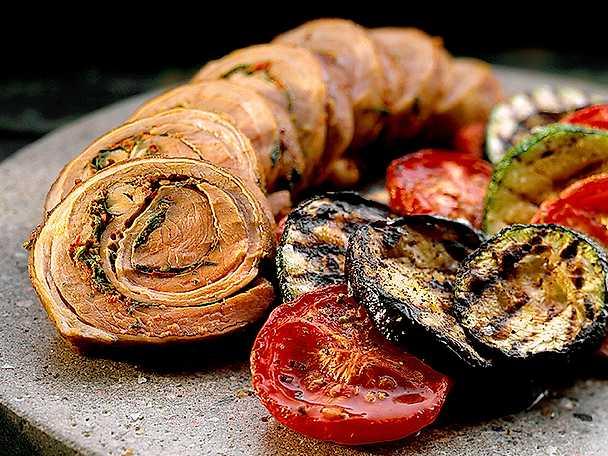 Fylld lammrulle med grillade grönsaker