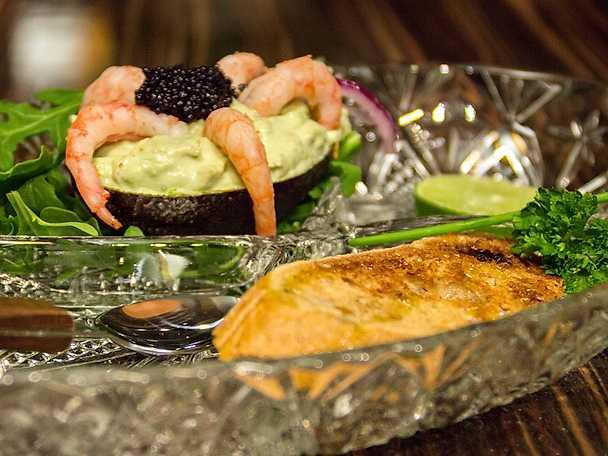 """Fyllda avokadoskal med räkor och kaviar, """"Ranchens räkado"""""""