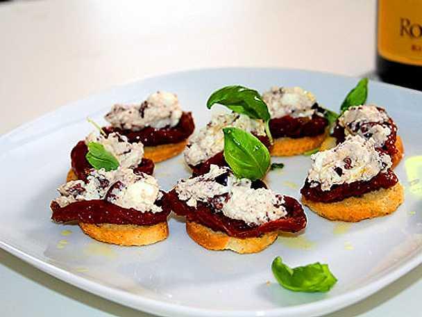 Fyllda tomater med feta och oliv