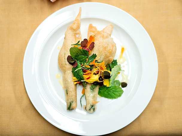 Fyllda zucchiniblommor med örtsallad