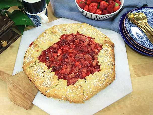 Galette med jordgubbar, hallon och rabarber