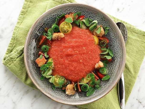 Gazpacho med blandade tomater, krutonger och örter2