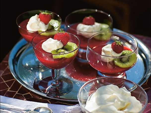 Gelatina di frutta fresca con panna - jordgubbs- och persikapannacotta