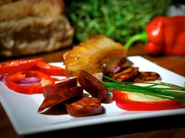 """Getostfylld paprika med kryddkorv och grillad """"tuppkam"""""""