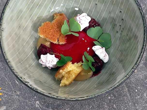 Glaserad körsbärsbavaroise med varm brynt smörkaka, kaffekräm, marinerade körsbär och citrusmaräng