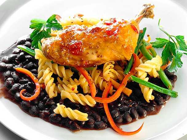 Glaserad kycklingklubba med pasta och svarta bönor