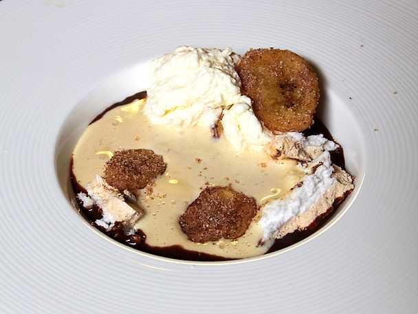 Glass på brynt smör, maränger, grädde, kanelbanan och salt chokladsås
