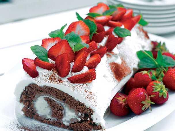 Glassrulltårta med jordgubbar och mynta