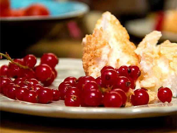 Glömd maräng med röda vinbär