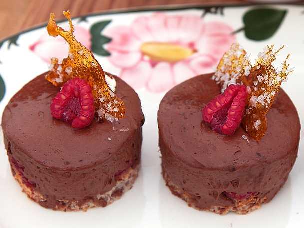 Glutenfri födelsedagsbakelse med Dooleymousse, hallon och sockerflarn