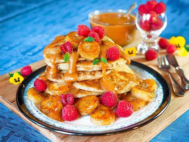 Glutenfria pannkakor med jordnötskolasås och karamelliserad banan