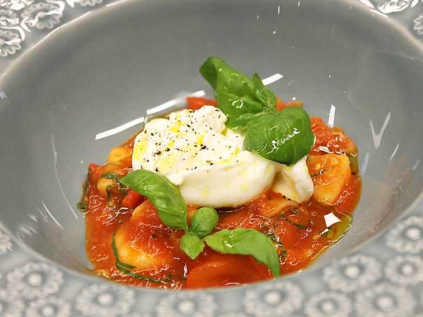 Gnocchi di patate i tomatsås med burrata och basilika