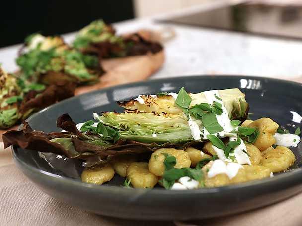 Gnocchi med grillad spetskål, gräddfil och brynt currysmör