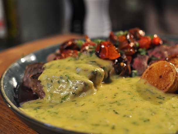 God bearnaisesås med grillad entrecôte och rostade tomater