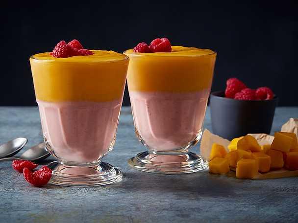 God Morgon Grekisk yoghurtsmoothie med apelsin mango banan och hallon