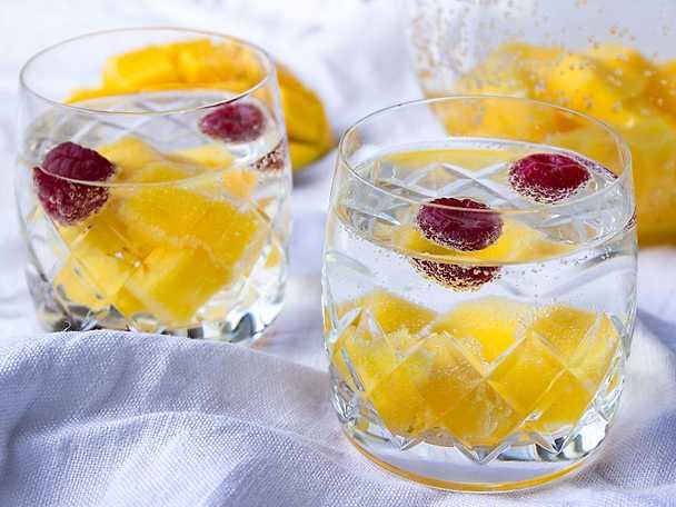 Gör ett lyxigare bordsvatten med fruktiga isbitar