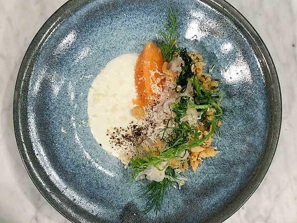 Gös sashimi med löjrom, pepparrotsgräddfil och tempurapärlor