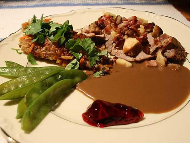 Gotländsk fläskfilé med bacon-, äppel-, och svampröra samt rotfruktskaka