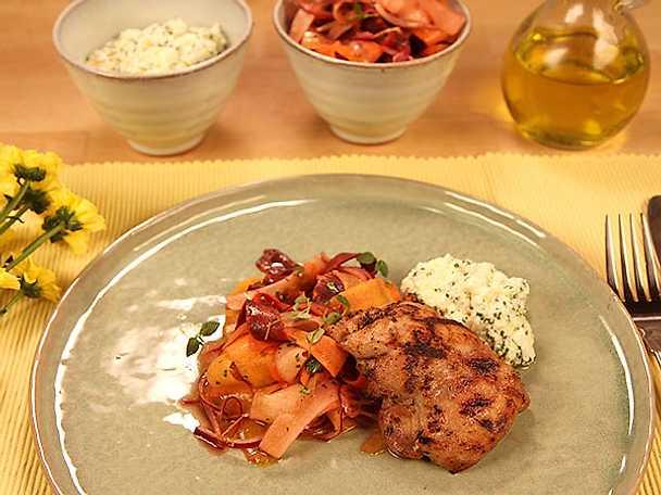 Gotländsk morotssallad med grillad kycklingfilé och fåroströra