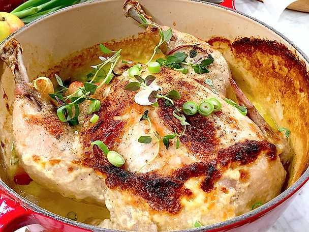 Gräddbakad kyckling fylld med lök och äpple samt stekta Västerbottensostpotatisar