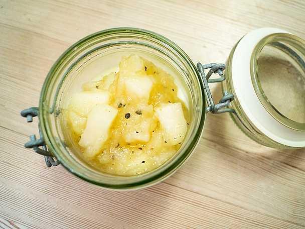 Gräddfilspannacotta med kryddig äppelkompott