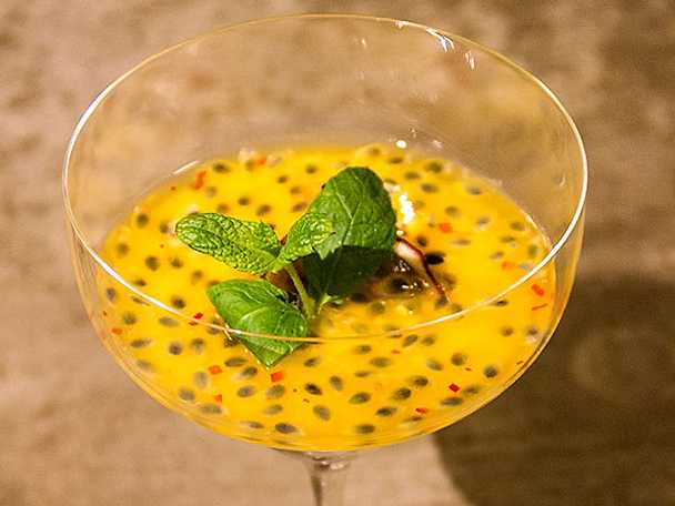Gräddfilspannacotta med passionsfrukt, honung och chiliglaze