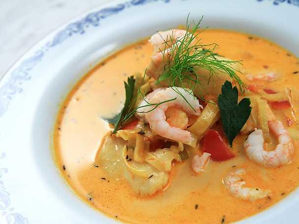 Gräddig fisksoppa med räkor och saffran