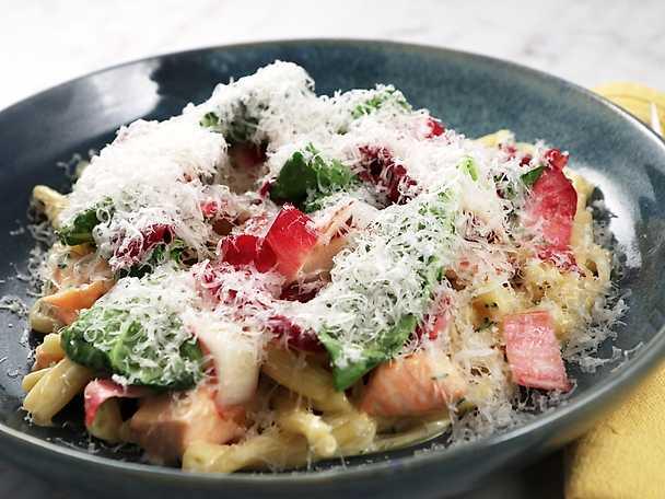 Gräddig pasta med lax, spenat och endive